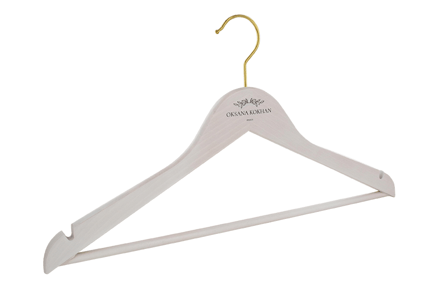 cintre-bois-teinte-blanc-156h-logo-noir-cintres-actus-france