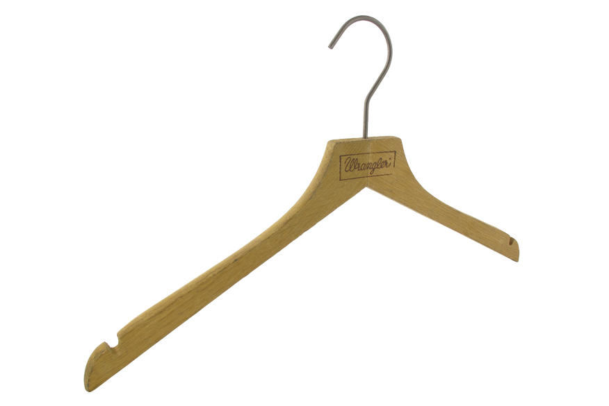 cintre-bois-chene-vieilli-149h-logo-wrangler-cintres-actus-france
