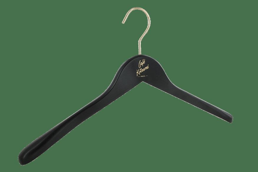cintre-bois-noir-146-30-logo-maison-kitsune-cintres-actus-france