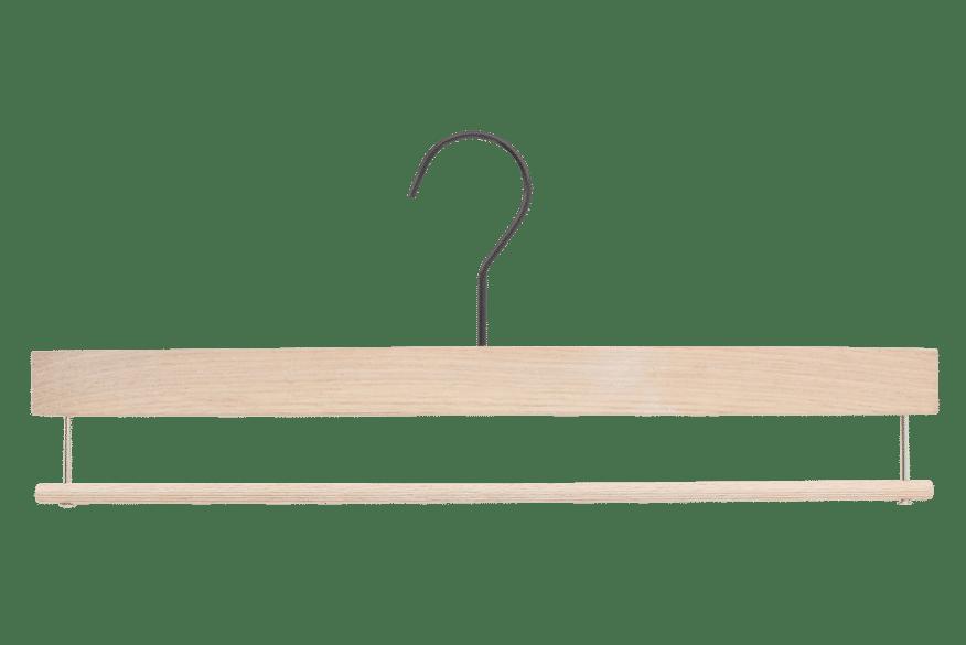 cintre-luxe-chene-blanchi-e1812-barre-pantalon-antiglisse-cintres-actus-france