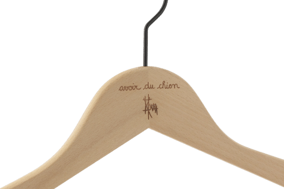 cintre-bois-personnalise-logo-avoir-du-chien-incrustation-chaud-actus-cintres-france