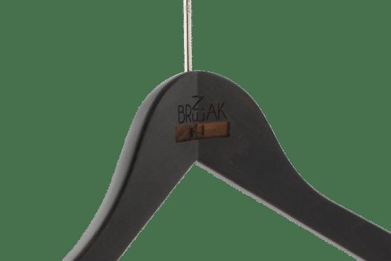 cintre-bois-personnalise-logo-brak-zen-laser-actus-cintres-france