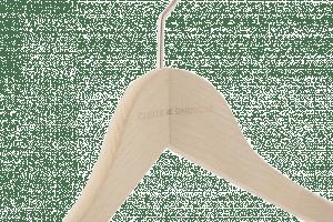 cintre-bois-personnalise-logo-camille-dampierre-incrustation-actus-cintres-france