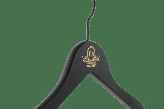cintre-bois-personnalise-logo-ils-incrustation-couleur-actus-cintres-france