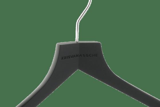 cintre-bois-personnalise-logo-krisvannasche-laser-actus-cintres-france