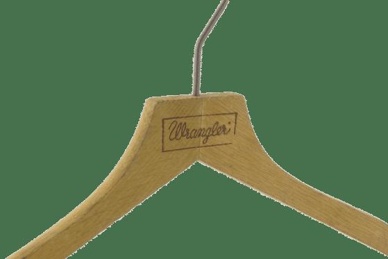 cintre-bois-personnalise-logo-wrangler-incrustation-chaud-actus-cintres-france
