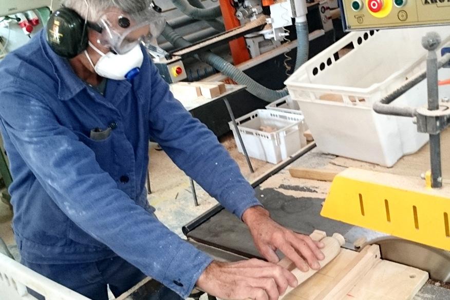 fabrication-responsable-main-cintre-bois-actus-cintres-france