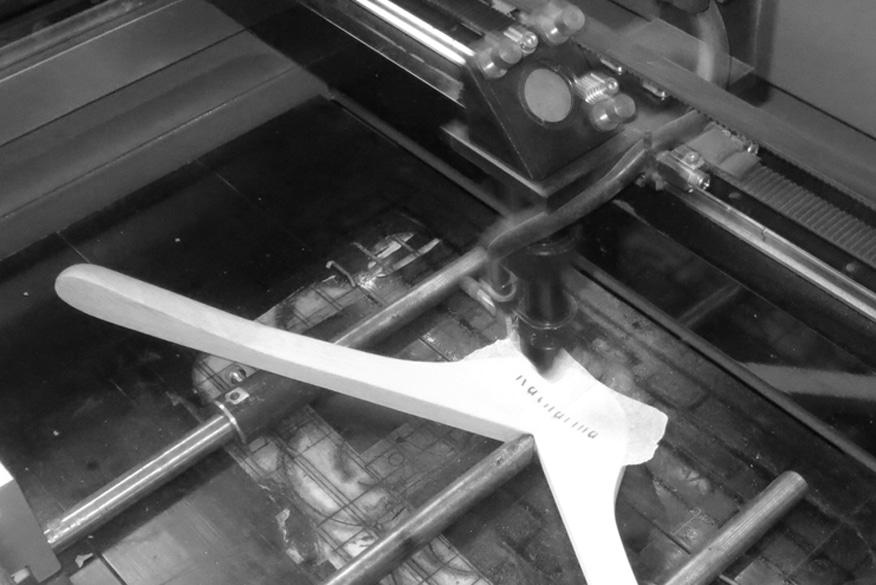 personnalisation-laser-fabrication-responsable-cintre-bois-actus-cintres-france