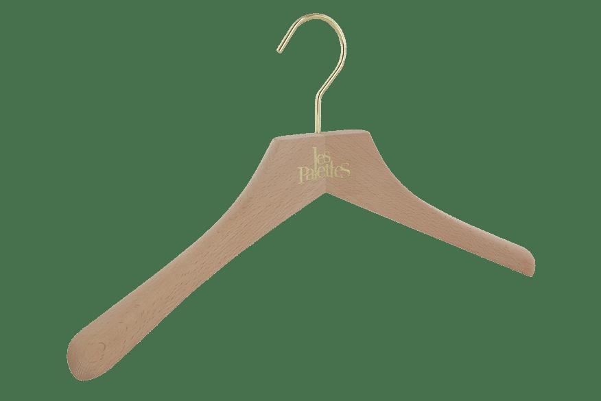 cintre-bois-brut-446-logo-incruste-or-les-palettes-cintres-actus-france